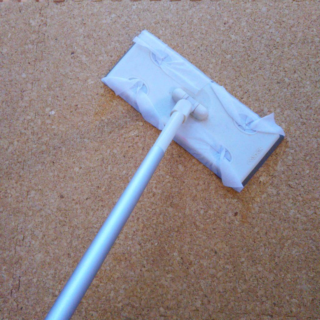 おしりふきをクイックルワイパーにつけて掃除